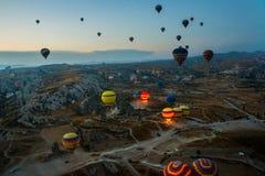 Cappadocia, Turquie : Les ballons à air chauds volent pendant le lever de soleil dans la région de Cappadocia de la Turquie image libre de droits