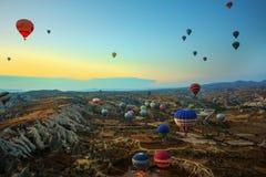 Cappadocia, Turquie : Vol chaud de ballon à air au-dessus de Cappadocia spectaculaire sous le ciel images libres de droits