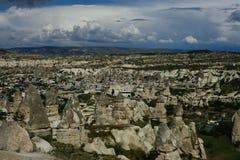 Cappadocia, vista das casas nas pedras e no turco histórico incomum imagens de stock royalty free