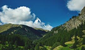 capped bergsnow Sikt av den Matterhorn monteringen Arkivbilder