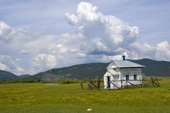 Cappella abbandonata nelle montagne della regione di Baikal Immagine Stock