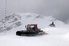 Cappella allo Zugspitze ed al gatto delle nevi Fotografia Stock Libera da Diritti