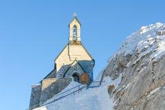 Cappella alpina contro un cielo blu profondo III Fotografie Stock Libere da Diritti
