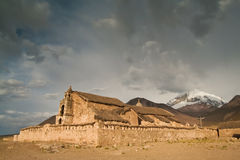 Cappella antica contro il cielo drammatico Immagini Stock Libere da Diritti