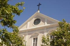 Cappella bianca con l'incrocio Fotografie Stock Libere da Diritti