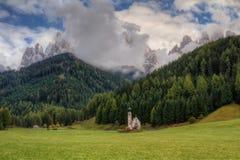 Cappella cattolica al piede delle montagne della dolomia Immagini Stock Libere da Diritti