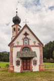 Cappella cattolica al piede delle montagne della dolomia Immagine Stock Libera da Diritti