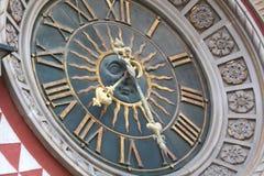 Cappella con una guglia e un orologio Il ¡ di Ð fissa il campanile Immagini Stock Libere da Diritti