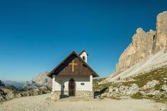 Cappella Degli Alpini在Naturte公园Drei Zinnen或Tre Cime di Lavaredo,白云岩,意大利 免版税库存照片