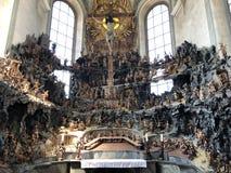 Cappella del monte degli Ulivi con una croce e un calvario nella basilica della st Urlich o dado Oelbergkapelle Olbergkapelle immagine stock libera da diritti