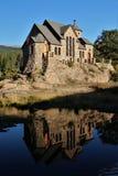 Cappella del ` s di Saint Malo sulla roccia e riflessione, vicino ad Estes Park Colorado immagine stock libera da diritti