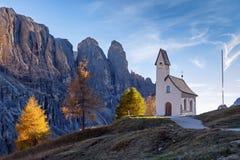 Cappella della montagna al tramonto Fotografia Stock
