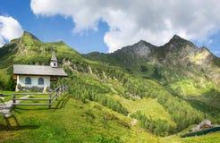 Cappella della montagna nelle alpi Fotografia Stock