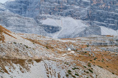 Cappella della montagna vicino a Tre Cime di Lavaredo in dolomia Immagine Stock Libera da Diritti