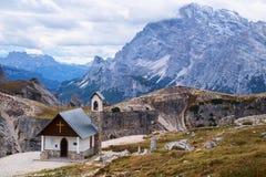 Cappella della montagna vicino a Tre Cime di Lavaredo in dolomia Fotografia Stock Libera da Diritti