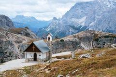 Cappella della montagna vicino a Tre Cime di Lavaredo in dolomia Fotografia Stock
