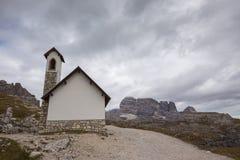 Cappella della montagna vicino a Tre Cime di Lavaredo nelle alpi delle dolomia Immagine Stock Libera da Diritti