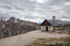 Cappella della montagna vicino a Tre Cime di Lavaredo nelle alpi delle dolomia Fotografie Stock