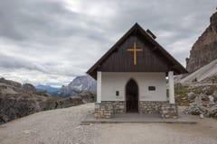 Cappella della montagna vicino a Tre Cime di Lavaredo nelle alpi delle dolomia Fotografia Stock Libera da Diritti