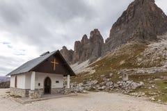 Cappella della montagna vicino a Tre Cime di Lavaredo nelle alpi delle dolomia Immagine Stock