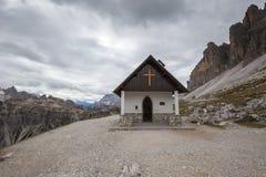 Cappella della montagna vicino a Tre Cime di Lavaredo nelle alpi delle dolomia Immagini Stock