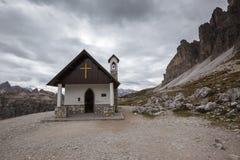 Cappella della montagna vicino a Tre Cime di Lavaredo nelle alpi delle dolomia Immagini Stock Libere da Diritti