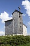 Cappella di legno in alpi Immagini Stock Libere da Diritti