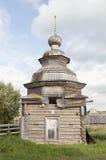 Cappella di legno antica in villaggio russo Immagini Stock Libere da Diritti