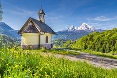 Cappella di Lockstein con la montagna di Watzmann in Berchtesgaden, Baviera, Germania Immagine Stock Libera da Diritti