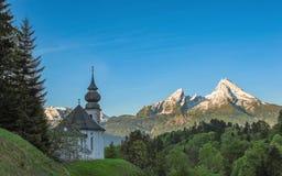 Cappella di Maria Gern e picchi innevati della montagna di Watzmann Immagini Stock Libere da Diritti