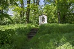 Cappella di San Nicola vicino al castello di Kacina in parco pubblico fotografia stock libera da diritti
