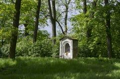 Cappella di San Nicola vicino al castello di Kacina in parco pubblico, repubblica Ceca immagine stock
