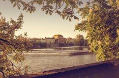 Cappella dorata sopra il fiume della Moldava fotografie stock