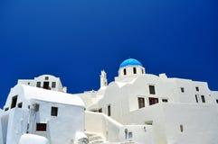 Cappella e case bianche nell'isola di Santorini fotografie stock