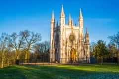 Cappella gotica nel parco di Alessandria d'Egitto, la chiesa di Alexander Nevsky La Russia St Petersburg Peterhof Immagine Stock Libera da Diritti
