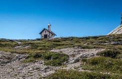 Cappella in montagne delle dolomia in Italia Fotografia Stock