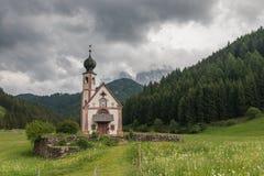 Cappella pittoresca in st Maddalena, valle di Funes, Italia Fotografie Stock