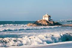 Cappella Senhor da Pedra alla spiaggia di Miramar, l'Oceano Atlantico vicino ad Oporto fotografia stock libera da diritti