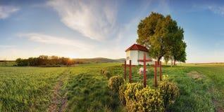 Cappella sola nei campi dell'azienda agricola nel giorno di primavera fotografie stock