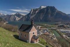 Cappella sopra la città di Ebensee con il mare piacevole Fotografia Stock Libera da Diritti