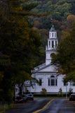 Cappella storica con la strada principale - colori caduta/di autunno - Woodstock, Vermont fotografia stock