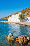 Cappella su Sifnos dal mare fotografie stock libere da diritti