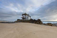 Cappella sulla spiaggia vicino ad Oporto, Portogallo Immagini Stock Libere da Diritti