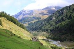 Cappella vicino al fiume del Dora di Valgrisenche, Italia Fotografia Stock