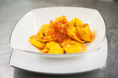 Cappelletti avec la sauce tomate Photo stock