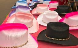 Cappelli da cowboy variopinti su esposizione ad una fiera della contea immagini stock