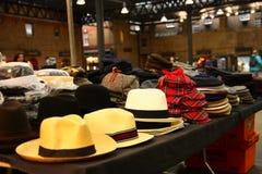 Cappelli da vendere su una stalla del mercato fotografie stock