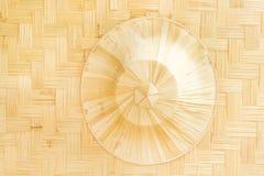Cappelli decorativi delle foglie di palma che appendono sul fondo di bambù dei modelli della parete del tessuto fotografia stock