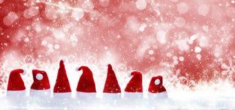 Cappelli di Natale davanti a neve Immagini Stock Libere da Diritti