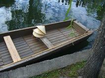 Cappelli di paglia e della barca Immagine Stock Libera da Diritti